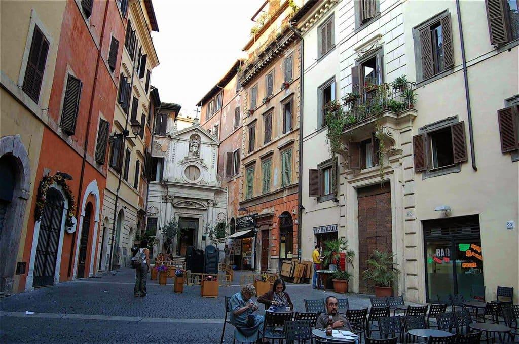 Compras na Via dei Giubbonari em Roma