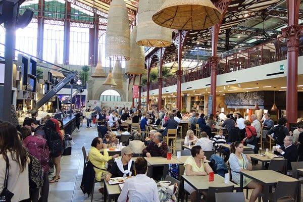 Praça de alimentação do Mercado Central em Florença na Itália
