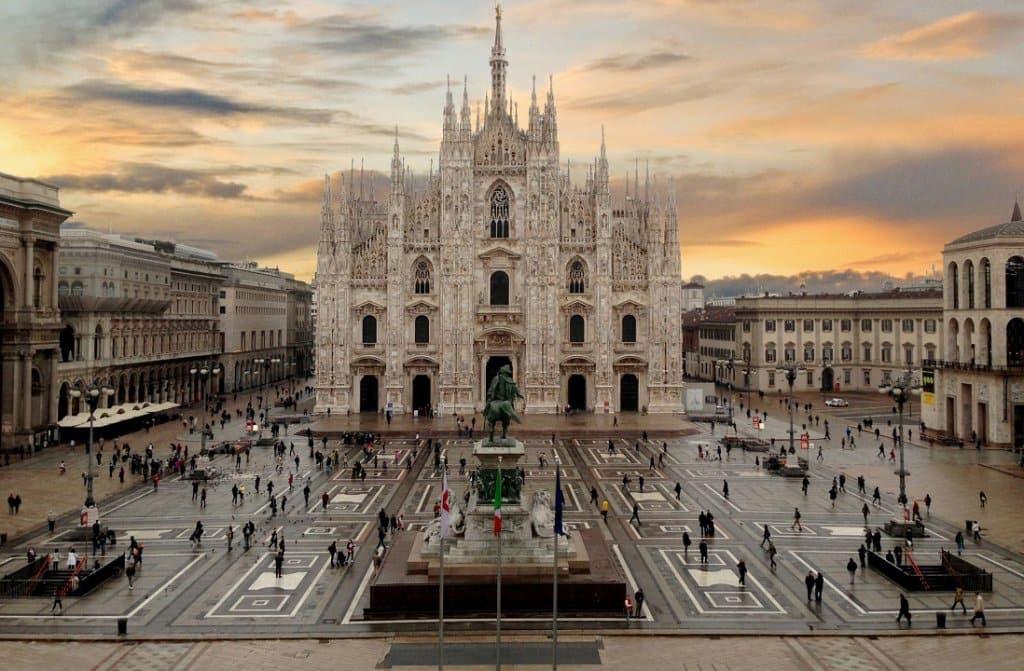 Piazza Duomo e Catedral Duomo em Milão
