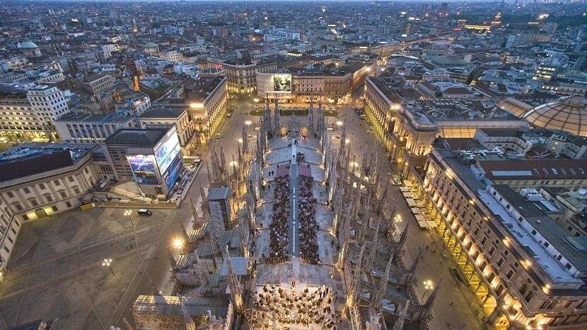 Pontos turísticos na Piazza del Duomo em Milão