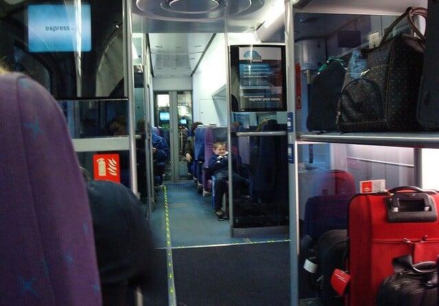 Bagagens nos trens de Pisa na Itália