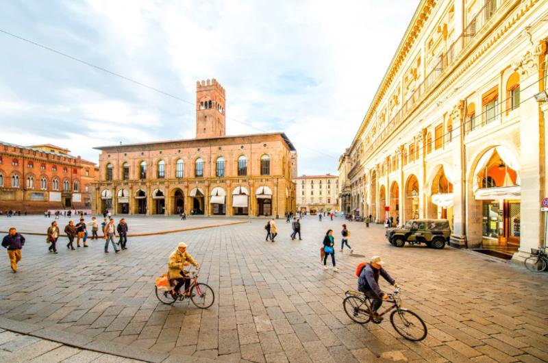 Pessoas passeando pela Piazza Maggiore
