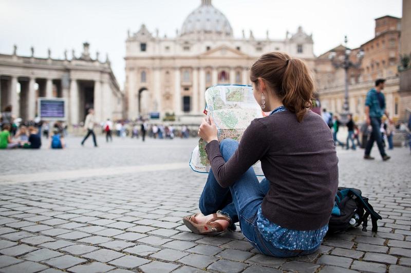 Turista com mapa no Vaticano em Roma