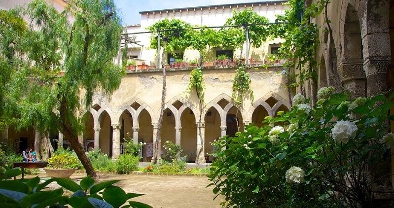 Parte externa da Chiesa di San Francesco em Sorrento
