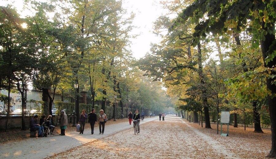 Pessoas passeando no Parco Ducale em Parma