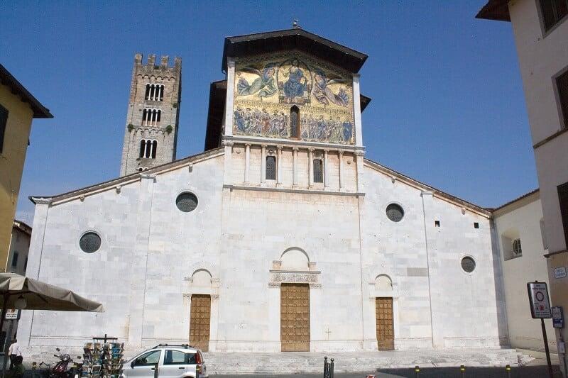 Fachada da Basílica de São Frediano em Lucca