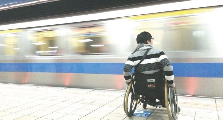 Cadeirante em plataforma de metrô