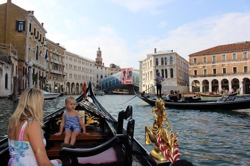 Mãe e filha passeando de gôndola em Veneza