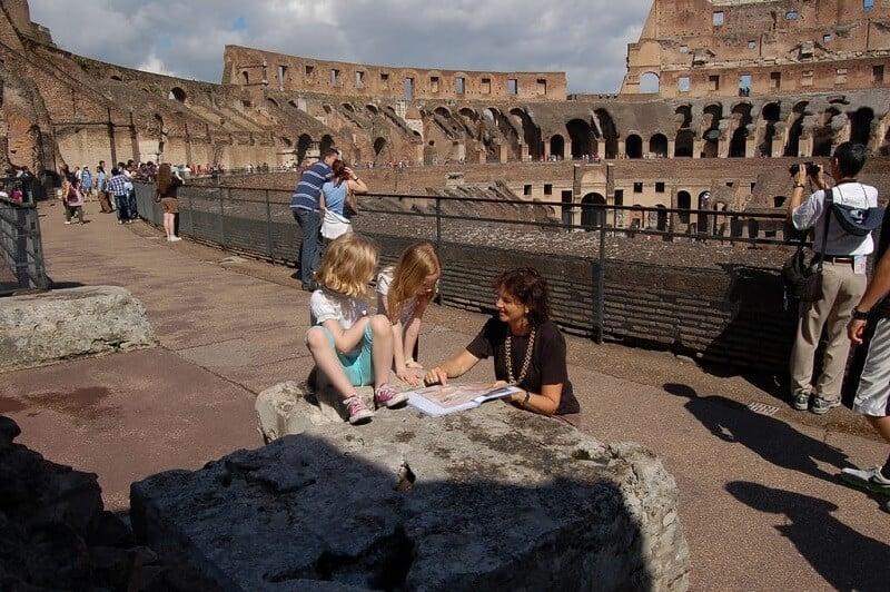 Crianças visitando o Coliseu em Roma