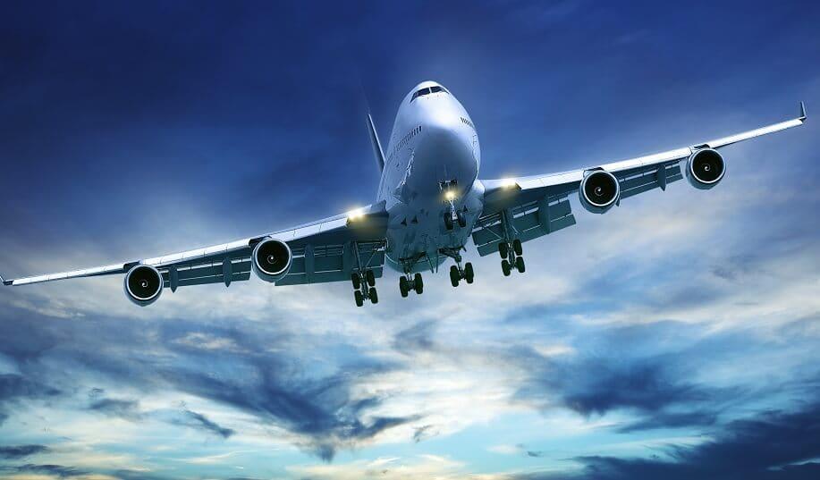 Avião em céu durante voo