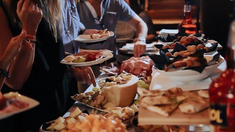 Buffet de aperitivo servido em restaurante italiano