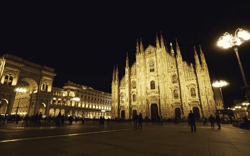 Piazza del Duomo iluminada durante a noite