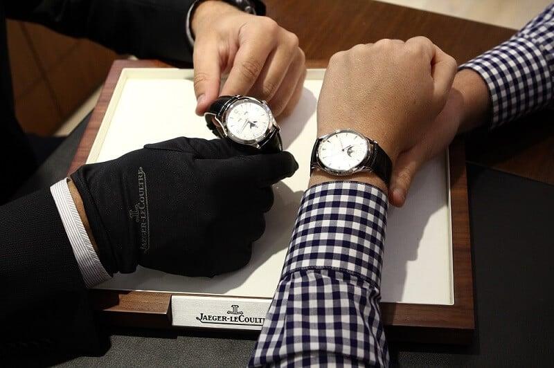 Pessoa provando relógio