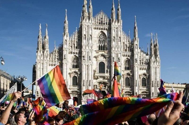 Bandeiras LGBT na frente do Duomo di Milão