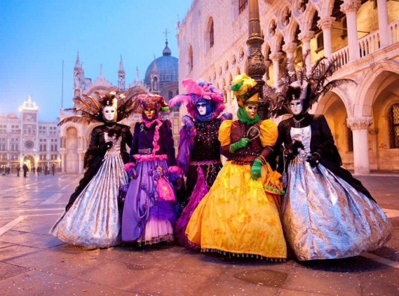 Pessoas fantasiadas para o carnaval de Venezaa
