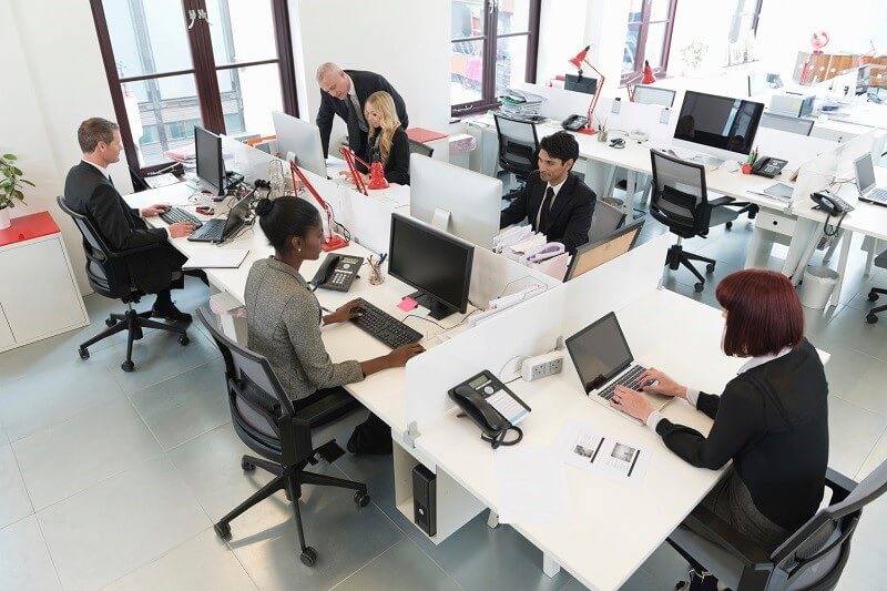 Pessoas trabalhando em escritório