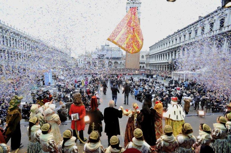 Pessoas reunidas comemorando o carnaval