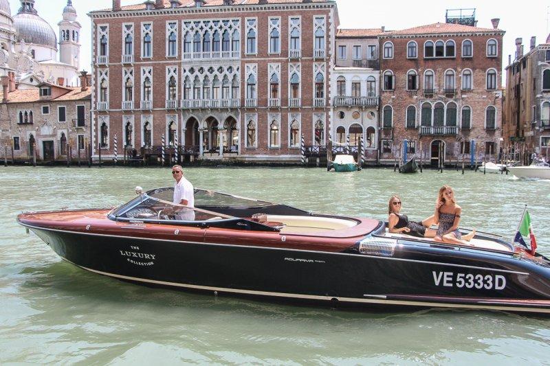 Barco em canal de Veneza