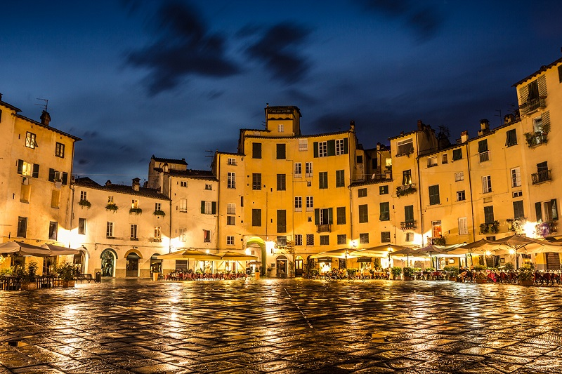 Piazza dell Anfiteatro durante a noite