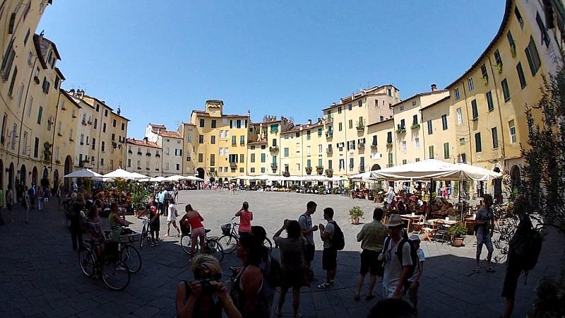 Piazza Anfiteatro em dia de sol