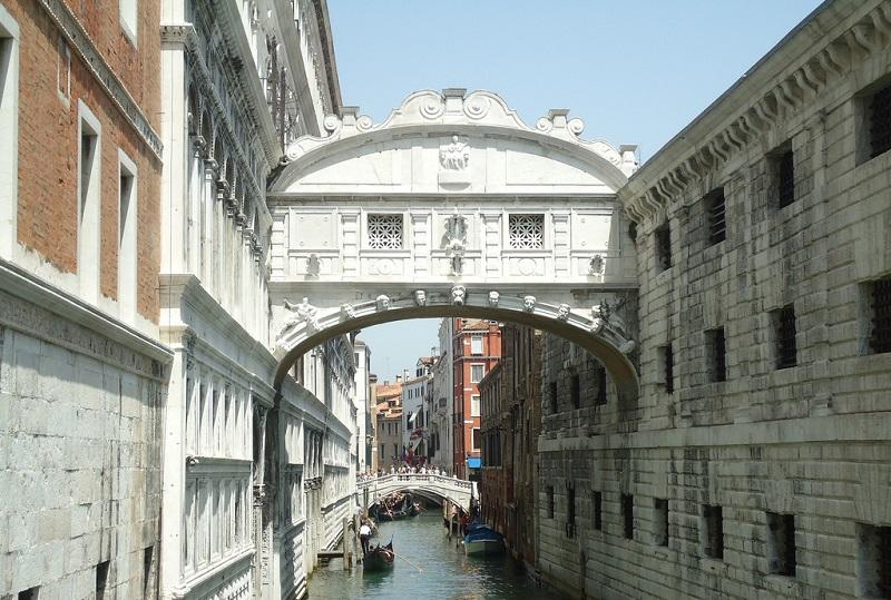 Ponte dos Suspiros, que liga a prisão ao Palácio