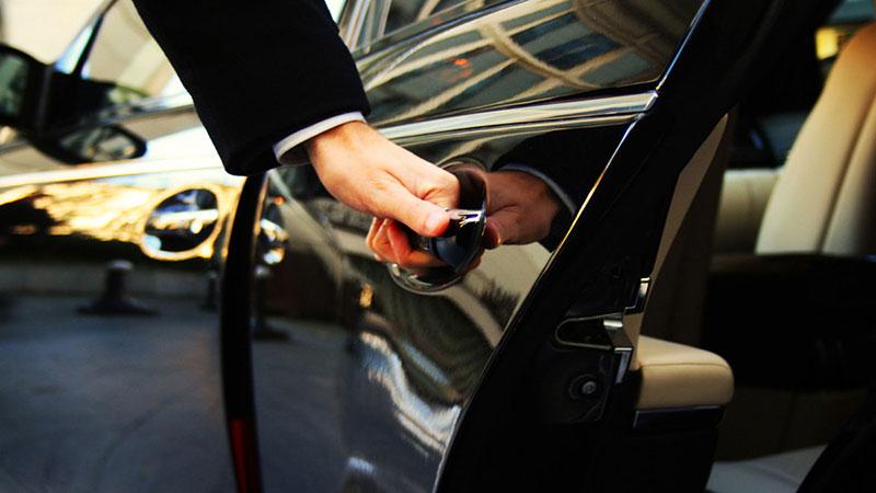 Motorista abrindo porta de carro