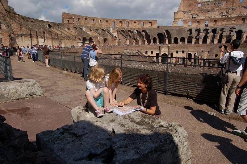 Visitantes no interior do Coliseu em Roma