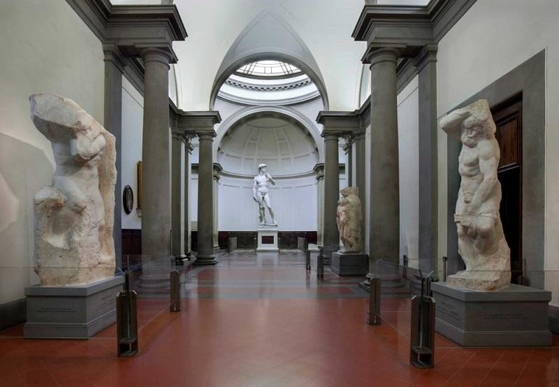 Escultura David no interior da Galeria Accademia em Florença