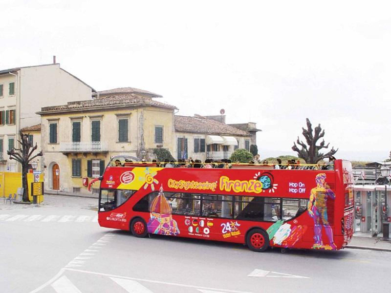 Ônibus turístico em passeio por Florença