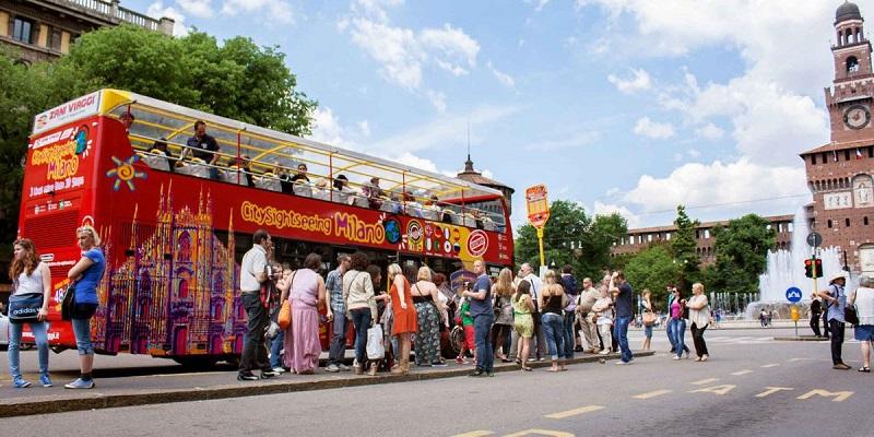 Ônibus turístico em Milão