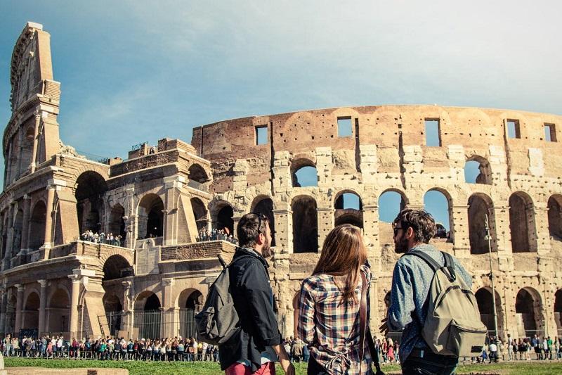 Pessoas próximas ao Coliseu em Roma