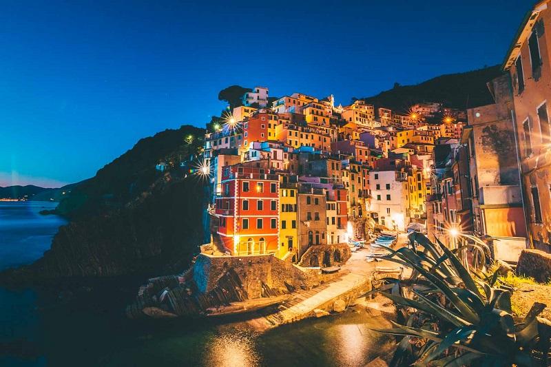 Riomaggiore em Cinque Terre ilumina a noite
