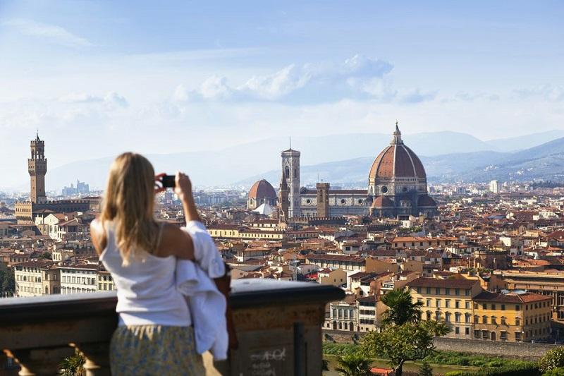 Pessoa tirando foto de Florença