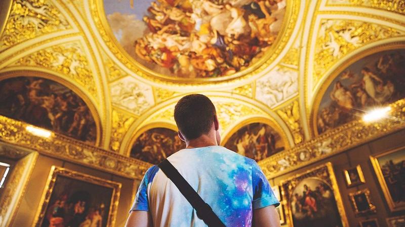 Visitante apreciando ponto turístico de Florença
