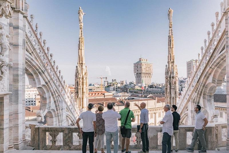 Visitantes no topo do Duomo em Milão