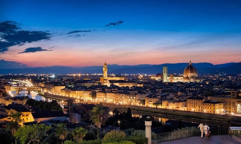Cidade de Florença iluminada no final da tarde