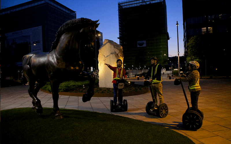 Guia com grupo de Segway noturno em Milão