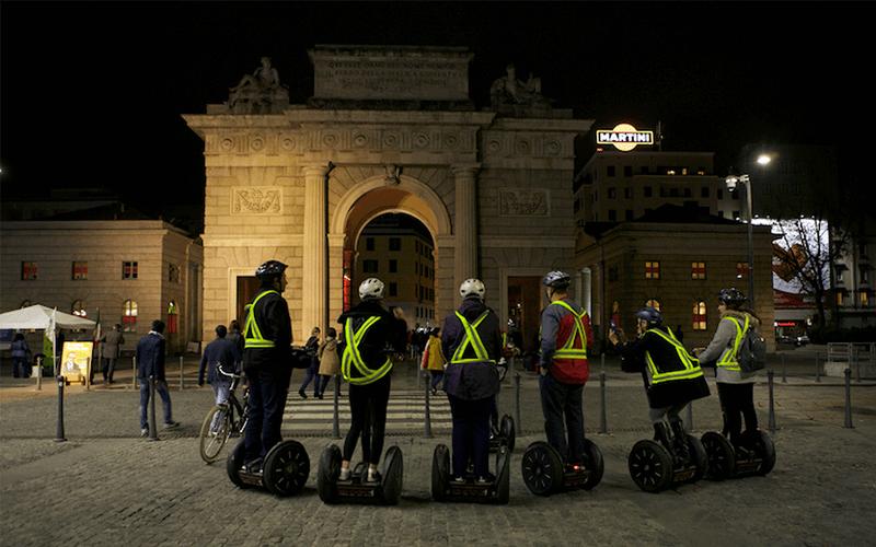 Grupo fazendo Segway noturno em Milão