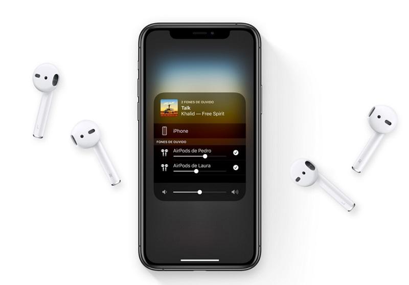 AirPods ao lado de iPhone