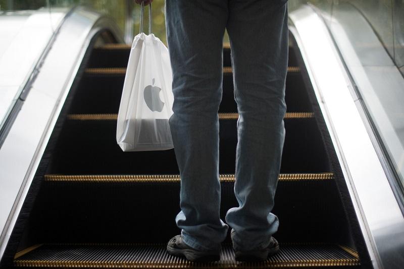 Pessoa com sacola da Apple