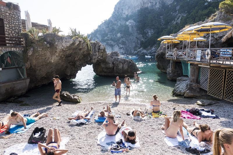Pessoas em praia de Capri