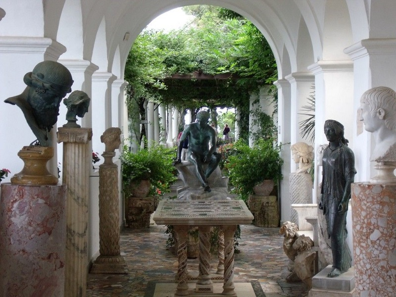 Estátuas expostas na Villa San Michele em Capri